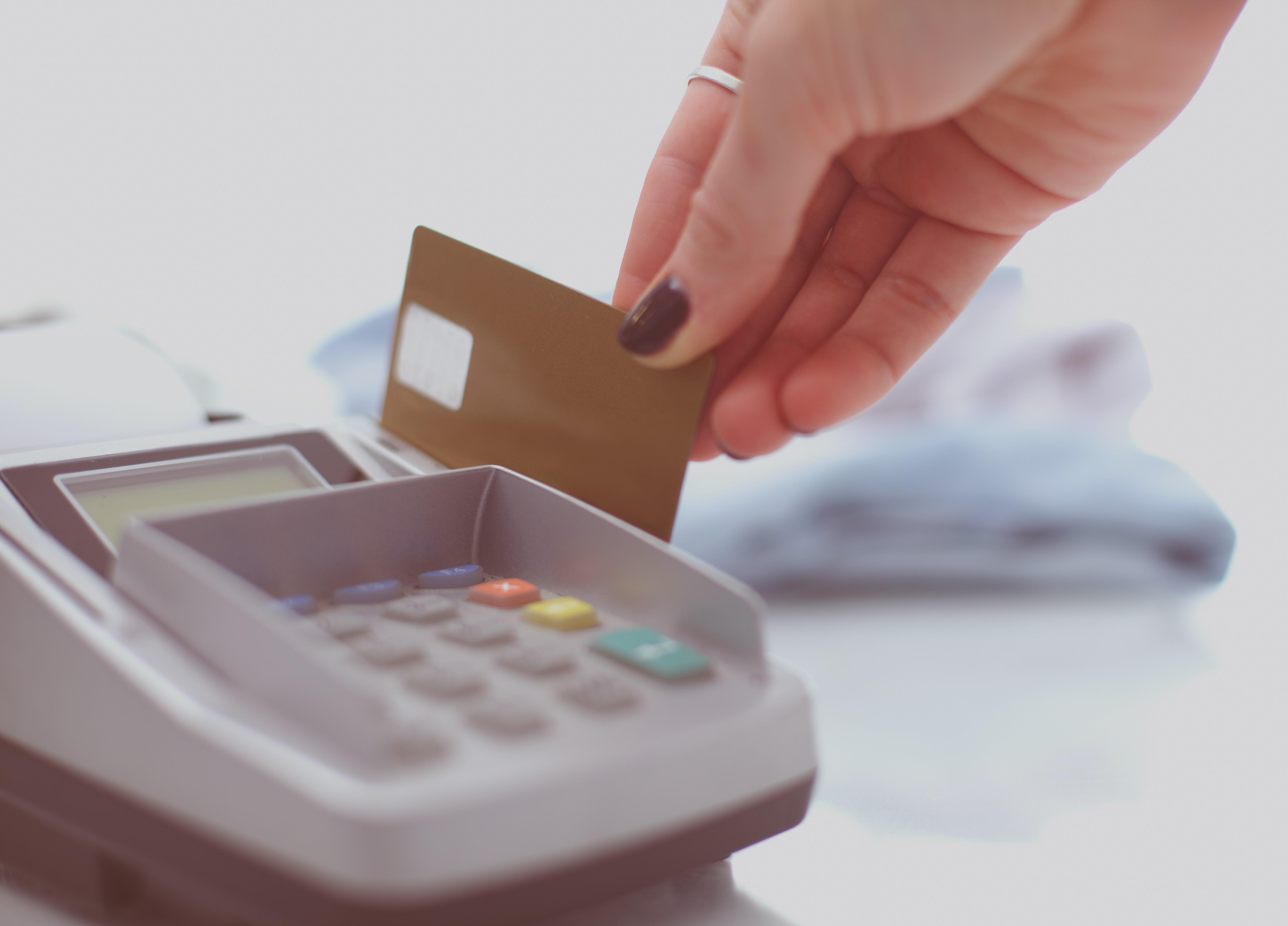 Cliente pasando la tarjeta por una terminal de pago